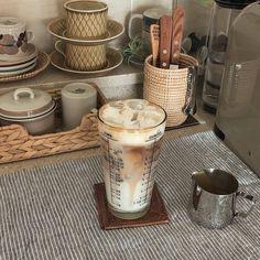 Coffee Cafe, Iced Coffee, Coffee Drinks, Carmel Coffee, Coffee Shops, Starbucks Coffee, Aesthetic Coffee, Aesthetic Food, Beige Aesthetic