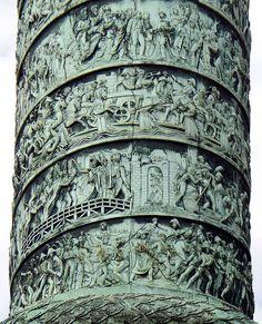Paris Ier Colonne Vendôme détail frise C'est une colonne en bronze de 44,3 mètres de haut et d'environ 3,60 mètres de diamètre moyen, posée sur un socle et surmontée par une statue de Napoléon Ier. Elle a été inspirée par la colonne Trajane située dans le forum Trajan à Rome. Cette inspiration va au-delà d'une simple ressemblance formelle : elle se nourrit de l'idée du cosmopolitisme d'Emmanuel Kant.