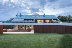 teilüberdachte Terrasse mit Holzelementen und Dachterrasse darüber