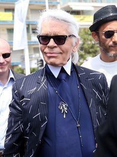 Pin for Later: 23 Choses Que Vous Ne Saviez Sans Doute Pas à Propos de Chanel Karl Lagerfeld est devenu directeur artistique en 1983. Le créateur a été convaincu de laisser tomber son job chez Chloé pour un salaire de plus de 700,000€.