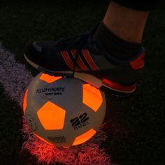 De KanJam Illuminate LED voetbal zie je supergoed in het donker en laat je spelen ook als de zon allang is onder gegaan. Speel de hele avond en nacht door! De Illuminate soccer ball is stevig en sterk. Oefen al je skills in het donker. De voetbal is wit met oranje transparante vlakken.    Van binnenuit schijnt een sterk LED licht door de transparante vlakken en schakelt zichzelf automatisch uit als de bal stil licht.
