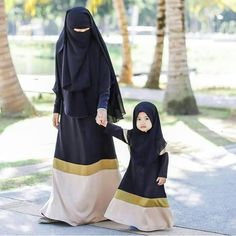 Image in Hijab Style collection by on We Heart It Hijab Style Dress, Hijab Chic, Muslim Hijab, Muslim Dress, Beautiful Muslim Women, Beautiful Hijab, Mother Daughter Fashion, Mother Daughters, Mother Mother