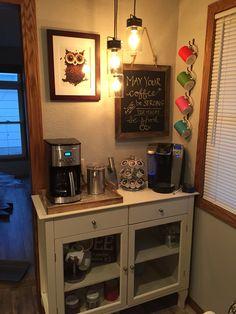 Coffee bar! Que graça ficou este Cantinho do Café. Facílimo de criar, basta bom gosto, imaginação e bom senso. Amei!!! DIY. ☕