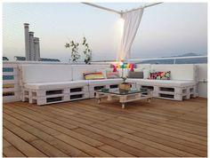 Dale un lavado de cara a tu terraza creando un ambiente chill en el que poder tomarte una copa con tus amigos, leer un buen libro o relajarte mientras escuchas los sonidos que te rodean con los ojo…