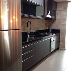 Granito preto: tipos e 60 fotos de ambientes com esse revestimento Kitchen Room Design, Kitchen Cabinet Design, Modern Kitchen Design, Interior Design Kitchen, Kitchen Decor, Kitchen Modular, Modern Kitchen Cabinets, Kitchen Furniture, Cuisines Design