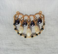with White and Black culture pearls. Cultured Pearls, Jewelry Art, Art Nouveau, Art Pieces, Beaded Bracelets, Pendant, Handmade, Black, Hand Made