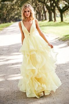 18 Yellow Bridesmaid Dresses For Bright Celebration Yellow color can be one of the options for bridesmaid dresses. We hope these yellow bridesmaid dresses will inspire and delight! Pretty Prom Dresses, Sherri Hill Prom Dresses, Prom Dress Stores, Elegant Dresses, Outfit Elegantes, Yellow Bridesmaid Dresses, Yellow Homecoming Dresses, Bridesmaid Gowns, Colored Wedding Dresses