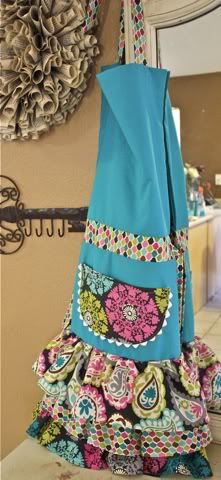 I really want to learn how to make an apron.  This one's cute!