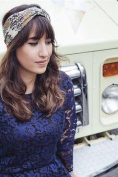 Look da Mandy: macaquinho de renda azul marinho Zara, turbante bordado Anthropologie, sapatilha, bolsa verde Coach. SoHo, Nova York