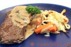 Biff med mustig svampsås - Recept på stekt ryggbiff med svampsås. Mycket gott och enkelt. Bilder steg för steg. Cheesesteak, Lchf, Bacon, Pork, Low Carb, Meat, Chicken, Ethnic Recipes, Green Garden