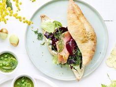 Broodje met gerookte zalm, labneh en rode biet - Libelle Lekker  Geniet van dit verrassende belegde broodje.