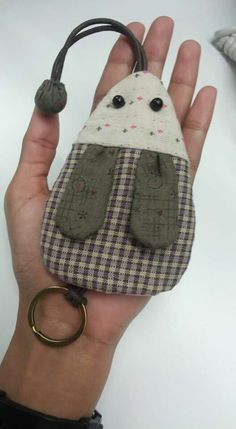 Free sewing pattern of Ba Nana Monkey Key Pouch, Key Cozy, Key Holder. Key Bag, Key Pouch, Small Sewing Projects, Sewing Crafts, Pot A Crayon, Bazaar Ideas, Diy Keychain, Key Covers, Free Machine Embroidery