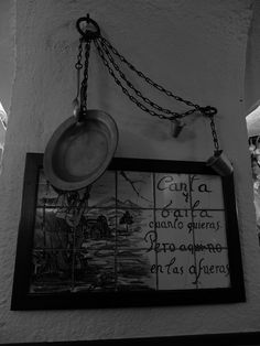 Las Cuevas de Luis Candelas. Uno de los platos que recuerdan al anterior restaurante . La Extremera. Como el de la imagen eran en latón y estaban atados para impedir que los clientes se los llevasen