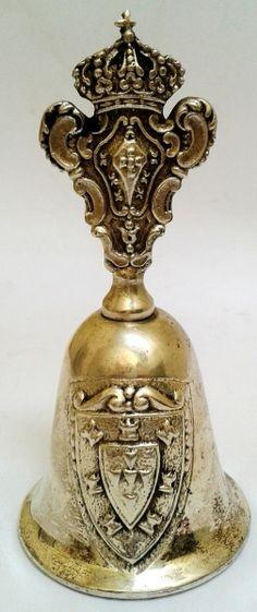 Belíssimo sino de mesa, com banho de prata, ostentando no topo o Brasão Imperial Português. No sino