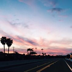 Image discovered by 𝑎𝑑𝑣𝑒𝑛𝑡𝑢𝑟𝑒 💫. Find images and videos about nature, sky and alternative on We Heart It - the app to get lost in what you love. Pretty Sky, Beautiful Sky, Spring Break, Tumblr Ocean, Pink Sky, Pink Purple, Strand, Summer Vibes, San Diego