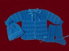 Conjunto em tricô à mão. Cor:Azul piscina e azul mar. Contém casaquinho, touca e sapatinhos com cano alto. Confeccionado com lã especial para bebês. Trabalho artesanal.  Produto de ótima qualidade!  Tamanho: 6 meses