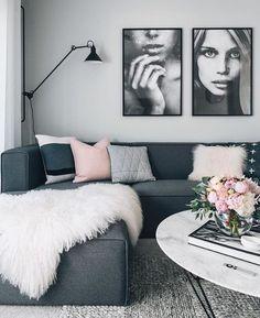 Woonkamer knus ingericht met donkergrijze bank en licht grijs en roze kussentjes. #vennwooninspiratie #woonkamer #bank Bron: lola living