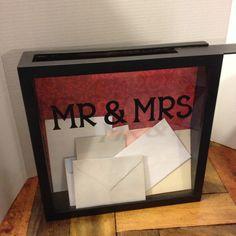 Een Wedding Card doos met Dhr. en MW op het vak aangepast met een kleur overeenkomen met uw bruiloft thema.  Een leuke box te houden van al uw bruiloft kaarten bij de receptie (of afstuderen open huis) dan te gebruiken voor een toegeven een vak om te voorkomen dat uw ticket stubs in al uw nieuwe avonturen samen!  FYI, als een schatting die zou ik zeggen dat dit klemt 80-100 kaarten. Ik heb 125 in een doos gevuld, maar ze waren echt vastgelopen.  Bewaar uw herinneringen voor de komende jaren…
