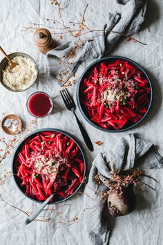 Unsere Rote Bete Pasta (from Hell) steht in maximal 30 Minuten auf dem Tisch und schmeckt nicht nur an Halloween beinahe schon unverschämt gruslig gut. Yummy Pasta Recipes, Veggie Recipes, Dinner Recipes, Healthy Recipes, Drink Recipes, Healthy Food, Key Food, Eat This, Vegan Pasta