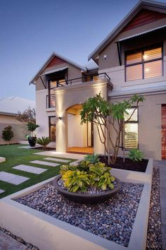 There are lots of affordable backyard landscaping ideas you can look into. For a backyard landscape upgrade, you don't need to spend so much cash to get an outdoor look that is easy and affordable. Front Yard Garden Design, Front House Landscaping, Modern Landscaping, Backyard Landscaping, Landscaping Ideas, Fun Backyard, Backyard Privacy, Large Backyard, Modern Landscape Design
