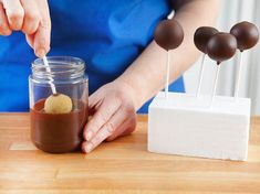 Cake Pops Grundrezept: Pops in Schokolade eintauchen - Cakepops - Cake Toppers! Cheap Clean Eating, Clean Eating Snacks, Cake Basketball, Beautiful Cakes, Amazing Cakes, Smores Cake, Basic Cake, Character Cakes, Salty Cake