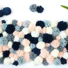 #NEWBLOGPOST  Un tapis en pompons de laine ça vous dit ? Si vous êtes en vacances et attendez la nouvelle année avec impatience, voici un DIY douillet à réaliser. l Idée pour la chambre