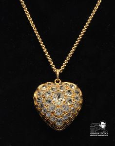 On display until the end of February 2013 is this fantastic necklace that Abraham Lincoln gave Mary Lincoln while they were in the White House. The pear-cut center diamond is surrounded by 28 smaller diamonds.