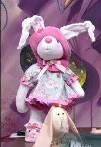 Hoy traigo otra muñeca de la colección de Silvia Torres, como ya he dicho anteriormente, me encanta todos los muñecos que hasta ahora he visto, me parece una magnifica artesana. En esta ocasión deseo compartir con vosotros esta conejita preciosa con sus patrones y videotutorial. Espero os