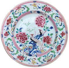 Paire d'assiettes à décor de faisans en porcelaine de Chine de la Compagnie des Indes d'époque Yongzheng Peinte dans les émaux de la famille rose, avec un riche décor de faisans, de pivoines et d'ornements sur l'aile.