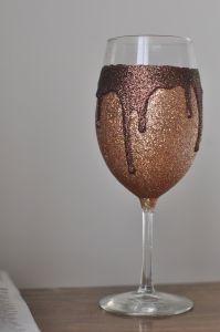 Decorar taça de vidro para festas é muito fácil e divertido (Foto: satiatedsparkle.wordpress.com)
