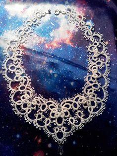Всё о фриволите | ВКонтакте Tatting Necklace, Tatting Jewelry, Lace Jewelry, Needle Tatting, Tatting Lace, Crochet Collar, Knit Crochet, Tatting Tutorial, Tatting Patterns