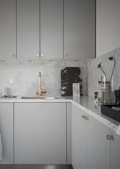 Beautiful living kitchen - via Coco Lapine Design Kitchen Ikea, Kitchen Shelves, Rustic Kitchen, Kitchen Decor, Kitchen Cabinets, Kitchen Living, Kitchen Storage, Living Room, Kitchen Modern