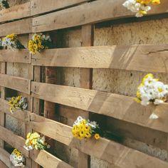Fundo de pallets e flores no altar do nosso casamento 💛🌼 . Nosso casamento teve decoração rústica e bem leve. Com flores do campo e margaridas. - Ver esta foto do Instagram de @karyduarte • 42 curtidas