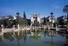 El Museo Arqueológico de Sevilla está ubicado frente al Museo de Artes y Costumbres Populares y junto al Pabellón Real, todos en la Plaza de América, situada a su vez en el Parque de María Luisa.