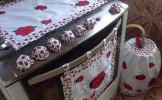 Dê um charme ao seu fogão com esse lindo kit joaninha!  Confeccionado com tecido Oxford e Tricoline 100% algodão , aplicações e passamanaria decorativa que dá um toque especial na peça!  Capinhas que protegem e decoram os botões!!!    O kit contém: 1 toalha para a tampa do fogão  1 capa para boti...