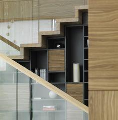 Stauraum unter der Treppe - Regale beherbergen Wohnaccessoires und Vasen