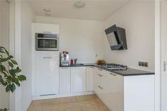 Kleine hoekkeuken. Meer voorbeelden: http://nieuwekeukenplanner.nl/keuken-inspiratie-en-tips/voorbeelden-van-een-kleine-hoekkeuken/