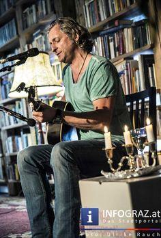 """Literatur abseits des Neuerscheinungstrubels, verfeinert mit #Blues. Die edition keiper lud bereits zum dritten Mal zum """"Steirischen Literatur- und Bluesabend"""" in die Puchstraße am Grazer Tagger-Areal. Moderiert vom Buchhändler Erwin Draxler aus Leibnitz wurde von den AutorInnen aus Backlist-Titeln gelesen, die außerhalb des Neuerscheinungstrubels stehen. Die musikalische Umrahmung gestaltete, wie jedes Jahr, """"Sir"""" Oliver Mally."""