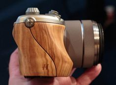 Hasselblad Lunar Nex wood case camera Posted on Feb 26, 2013 Most of the digital camera industry design styling is similar, the famous Sweden camera manufacturer Hasselblad is always breaking the common template, launch surprise new shape, Hasselblad Lunar Nex is a good example. Wooden shell, large lens, 12mm f/2.8 Distagon, 2.8/12, 1.8/32 and 2.8/50 aperture. More details of the parameters is unknown, will meet with you in the summer of 2013. However follow the Hasselblad tradition, if
