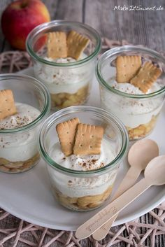 Ein einfaches Rezept für ein Apfel Käsekuchen Dessert im Glas mit Zimt, Vanille und Butterkeksen. Die Zubereitung ist einfach und gut vorzubereiten. Leckerer Nachtisch mit Apfel.