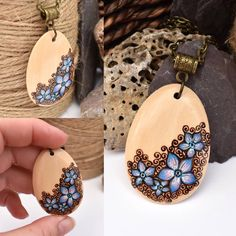 Feeling all summery with this recent hot weather, and I've been inspired to create some fab floral pendants. Here's one based on forget me nots! Wood Burning Crafts, Wood Burning Patterns, Wood Burning Art, Wood Crafts, Diy Wood, Wood Necklace, Wood Earrings, Pyrography Patterns, Wood Slices