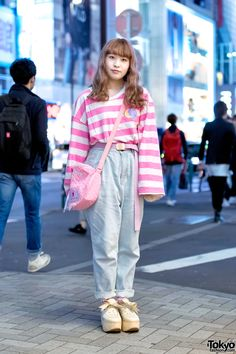 Very 80s fashion with the baggy, tucked in long sleeved T and the high waisted jeans. Japanese street fashion.