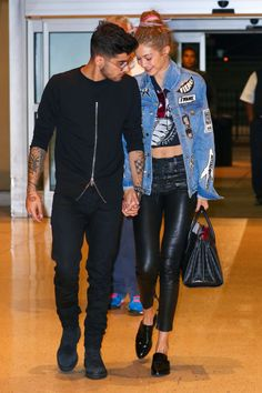Gigi Hadid & Zayn Malik Show Cute PDA at JFK Airport!: Photo Gigi Hadid and boyfriend Zayn Malik hold hands as they make their way through John F. Kennedy Airport on Thursday night (September in New York City. Zayn Malik Style, Zayn Malik Pics, Gigi Hadid Outfits, Gigi Hadid Style, Stylish Couple, Cute Love Couple, Sweet Couple, Sports Illustrated, Celebrity Couples