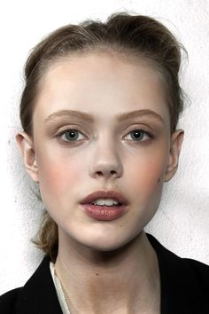 Frida Gustavsson photo maquillage léger coiffure simple