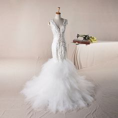 Sexy V-neck with re-embroidery lace decoration tulle skirt mermaid style wedding dress