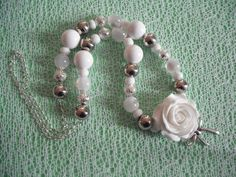 collier rose blanche