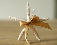 Beach Wedding épinglette, étoile de mer fleur à la boutonnière, blanc et or mariage sur le thème de mer, nautique, sable, mariage à Destination