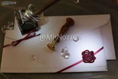 http://www.lemienozze.it/operatori-matrimonio/partecipazioni_e_tableau/partecipazioni-nozze-roma/media/foto/2  Partecipazioni del matrimonio siglate con ceralacca