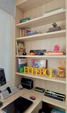 Apê de 62 m² é repleto de ideias para aproveitar espaço - Casa - Não apenas de home office vive este ambiente! Muito bem aproveitado, ele ainda faz as vezes de closet, recheado de armários produzidos sob medida. Além de abrigar sob a janela uma escrivaninha com duas gavetas (1,30 x 0,60 m), o cômodo recebeu uma estante rasa, ideal para livros, enfeites e alguns utensílios de escritório.