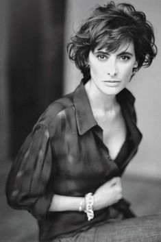 Model, Muse and Writer Ines de la Fressange demystifies the secrets of stylish French women in a beautiful new book. Celebrity Short Hair, Short Wavy Hair, Wavey Hair, Curly Bob, Parisian Chic Style, Great Hair, Hair Inspiration, Curly Hair Styles, Hair Makeup